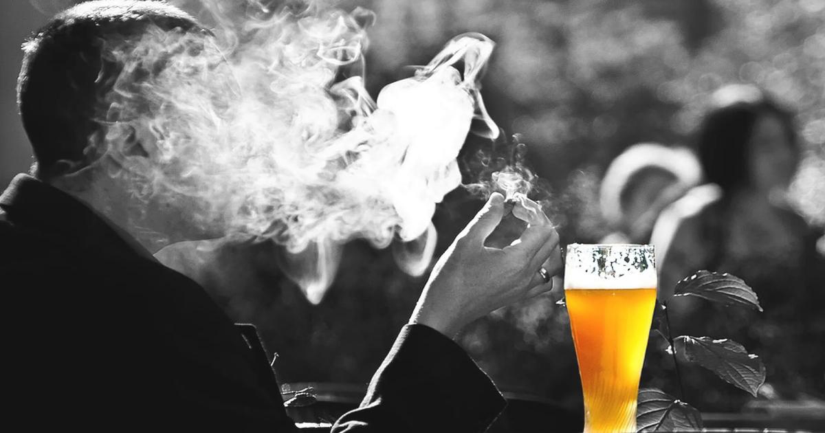 お酒やタバコなどの成人向けコンテンツが含まれている